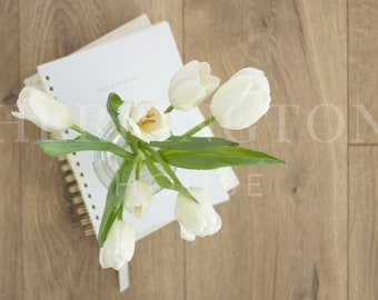 Office styled stock photography | Flower stock image - Notebook stock image - Neutral stock photo - Tulip stock photo - Branding stock image