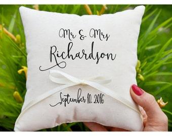 Señor y señora, almohada personalizada anillo portador, anillo de bodas almohada, almohadilla de la boda, sostenedor del anillo, anillo portador almohada, personalizado (R49)