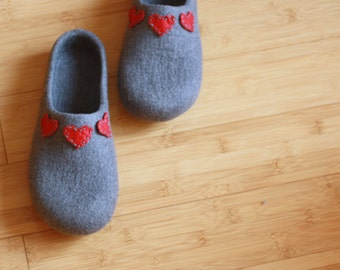 Women house shoes, felted wool slippers grey with red hearts, Christmas gift, wool clogs hearts, valenki, felted clogs, cozy warm filzschuhe