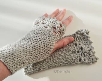 Light gray crochet gloves with lace trim, R606