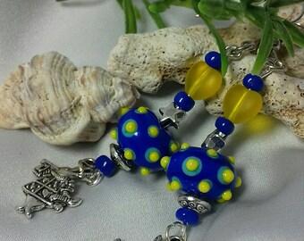 Boucles d'oreilles pendantes rustiques et raffinées bleu jaune verre artisanal perles rocaille et metal lapin d'alice.