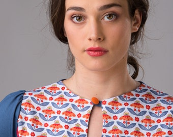 Shirt in indigo blue with short sleeves and floral details