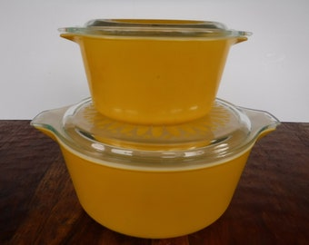 Set of 2 Pyrex Yellow Sunflower Daisy Covered Dishes Casserole  2.5 Quart 1.0 Quart Stacking Nesting