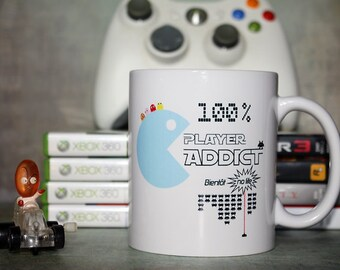 "Mug ""100 % Player Addict, bientôt no life"". Tasse personnalisable. Texte et graphisme by PIOU créations. Made in France"