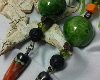 Boucles d'oreilles pendantes rustiques et raffinées vert et orange cuivre terre lave verre ceramique bronze.