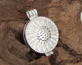 Locket - filigree - silver plated sunflower photo / cabochon / perfume diffuser open locket frame / pendant / bezel / base tray - very solid