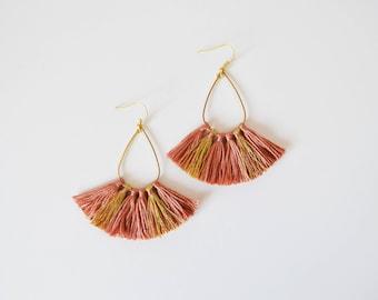 Boucles d'oreilles pompons vieux rose doré femme originales, boucles d'oreilles bohème chic ethniques