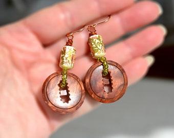Gros bouton boucles d'oreilles Vintage Mid Century recyclé bouton brun boucles d'oreilles or oreille remplie crochets bouton bijoux Boucles d'oreilles perles Vintage