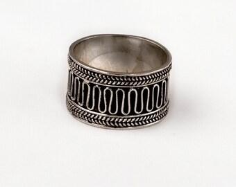 Vintage Silver ring. Wide band. Weave design.