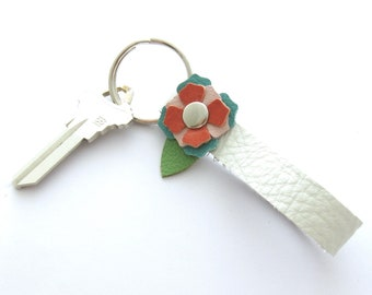 Leather Flower Key Ring, White Leather Keychain, Mother's Day Gift, Graduation Gift for Her, Gift for New Driver, Flowered Keychain
