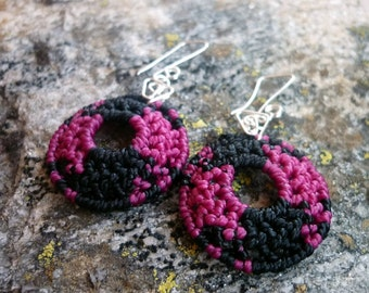 Macrame round earrings black and pink