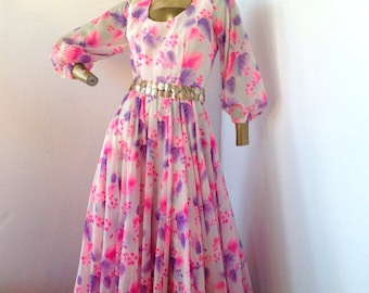 attend a garden party in this beautiful vintage 70s flowing chiffon dress sz/s