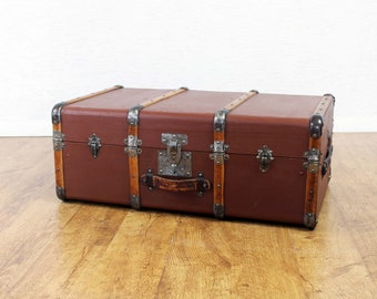 Beautiful trunk or suitcase from the 30s in leather and wood