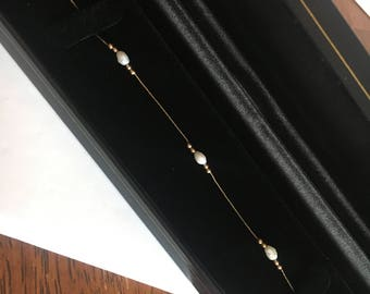 Beautiful 14k gold Bracelet w/ freshwater pearls.