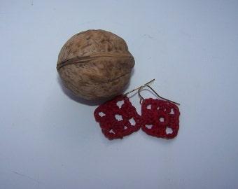 Rouge crocheté des petites boucles d'oreilles carré style Granny