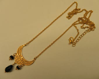 Necklace in gold tone and black beads