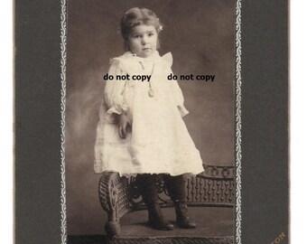 Kleinkind Mädchen im weißen Kleid, hoch Taste Schuhe, Schrank-Karte Foto, antike Fotografie, Vintage-Fotografie