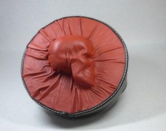 Totenkopf schwarzes rotes Leder Runde Lagerung Würfel Box Goth 13 besetzt