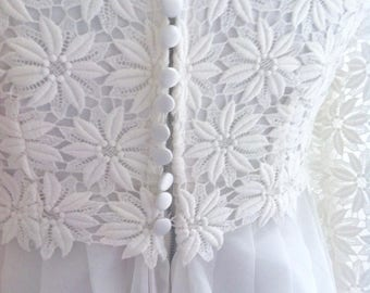 Reduced, pretty daisy guipure lace 60's vintage wedding dress, bright white classic 60's styling. UK 8, full length net train, daisy trim.