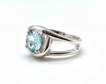 Blue Topaz Ring // Blue Topaz Silver Ring // 925 Sterling Silver // Size 8