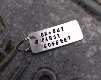 HANDMADE aluminium sleutelhanger met persoonlijke tekst ' ok but first coffee '. Op bestelling gemaakt.