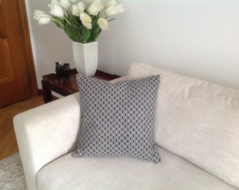 Jacquard diamond patterned pillow with a thin cord