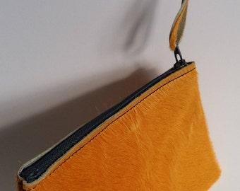 porte monnaie ou mini pochette en cuir ,peaux de vache jaune d'or.
