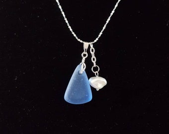 Necklace with glass/seaglass pendant and a freshwater pearl, necklace 45 cm