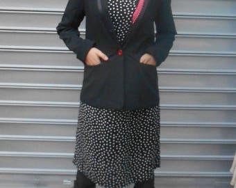 Une veste tailleur  doublée en lin et coton noire