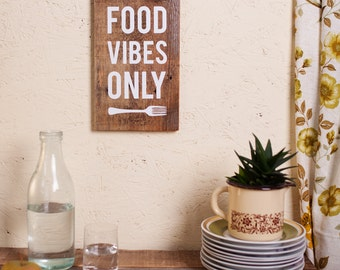Upcycling-Holzschild: Food Vibes Only