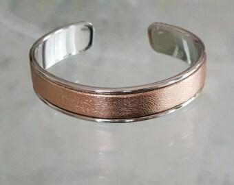 Jonc ouvert métal argenté et cuir rose gold métallisé
