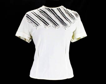 Size 10 White Shirt - 1950s Short Sleeved Secretary Style Top - Nylon Tricot 50s Blouse - Jagged Sheer Lace & Pleats - Bust 36 - 49355