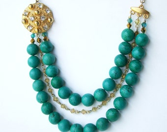 Green Vintage style necklace with vintage button