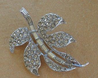 Rhinestone Leaf Brooch, Silver tone, Vintage (AF16)