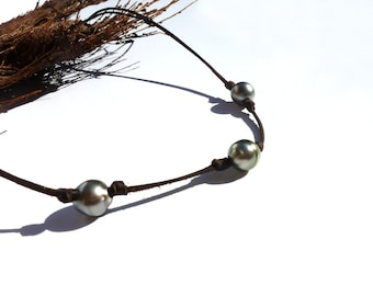 Tahitian pearls on leather. Adjustable size necklace