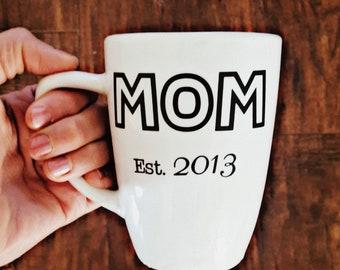 "Customizable ""Mom est."" mug."
