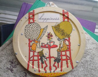 Vintage Holly Hobbie Tea Time Happiness Wall Hanging / Plaque - Retro Pioneer Girl Sun Bonnet Sue Collage Art - Tea Party Home Decor Gift