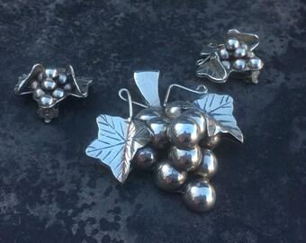 Vintage sterling grape motif demi parure set. A fab brooch and clip on earrings!