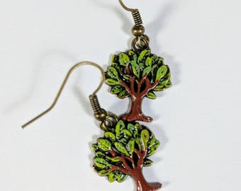 Arbre de vie boucles d'oreilles, arbre vert se balance, peint des arbres, breloques en métal, boucles d'oreilles Nature, bois, boucles d'oreilles vertes