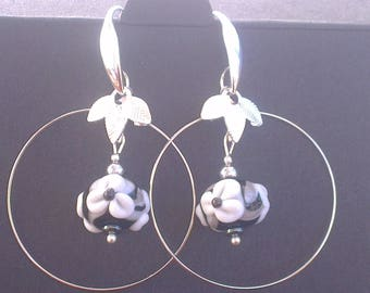 2 pairs of earrings in 1: gray - silver - black and white.