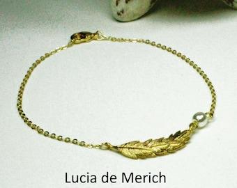 Gold feather bracelet. Delicate bridal bracelet. Pearl bracelet set. Gold and pearl bracelet. Feather bracelet.