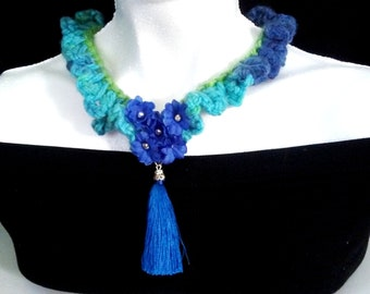 Beautiful and nostalgic necklace for women woven in blue with flowers