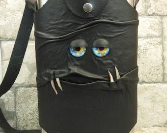 Monster-Kolben schwarz Leder mit abnehmbarer Hülle Schultergurt Gürtel Schleife 64 oz Extra große Halloween Zubehör 57