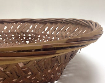 "absolutely stunning wicker tray basket; delicate wall art display, bread basket, farmhouse cottage kitchen 15"" round 2.5"" deep, yesteryears"