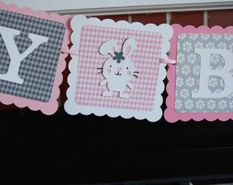 Joyeux anniversaire bannière, bébé lapin, lapin, lapin lapin thème, rose, gris