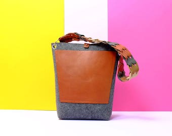 Vilten tas met handgemaakte leren hengsel en leren voorvak | Felt bag with handmade leather handle