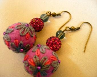 wol vilten en geborduurd roze en grijze parels oorbellen