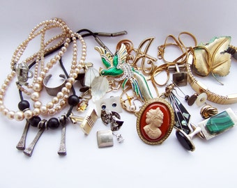 Bundle of vintage jewelry
