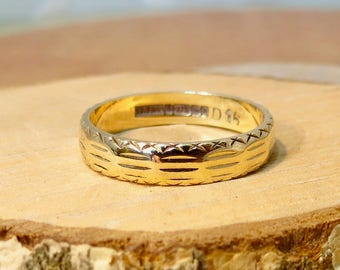 9K yellow gold engraved band.