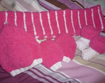HAT BOOTIES MITTEN AND FUCHSIA SCARF AND PERFECT FOR THE RELEASE OF MATERNITY WHITE